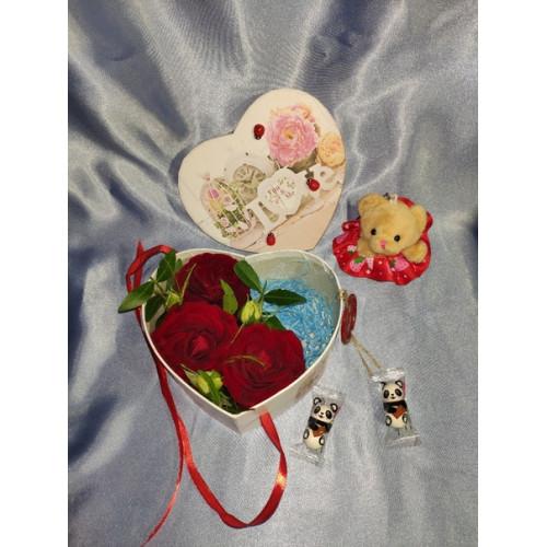 Подарок с цветами, конфетами и игрушками