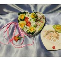 Подарок с цветами и конфетами